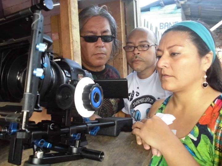 De izq. a der. Carlos Marin, Alberto Venero y Liliana Alegría, en el rodaje de Shicshi Rabo