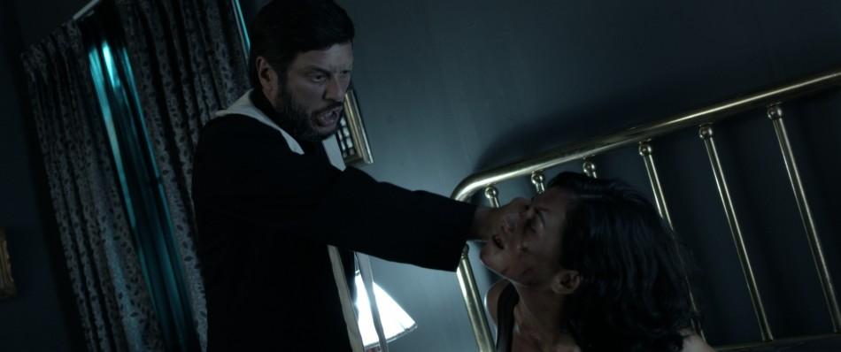 Lucho Cáceres y Fiorella Díaz en el clímax de 'No estamos solos': el exorcismo.