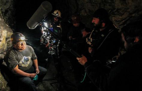 """El director Kiro Russo (der.) en la filmación de """"Viejo Calavera"""""""
