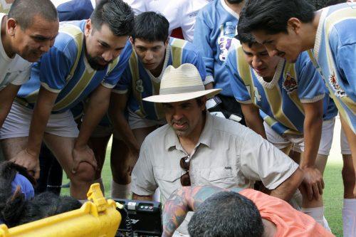 Aldo Miyashiro, André Silva y otros actores, rodean al director Ricardo Maldonado.