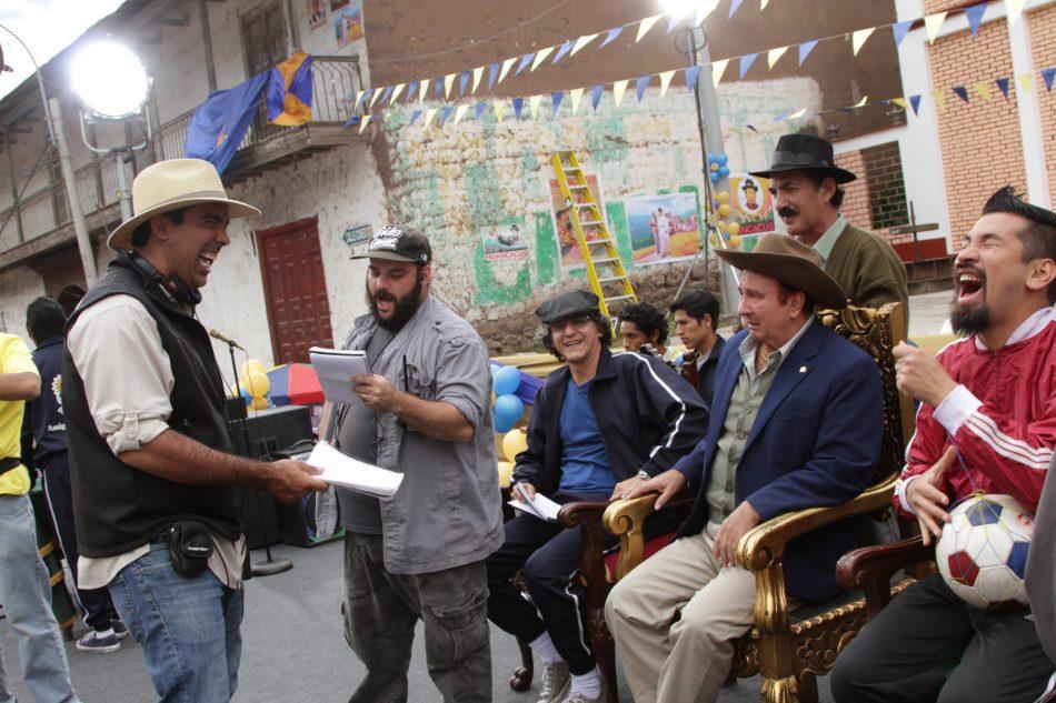 El alcalde Huancacusi (Tulio Loza) observa con extrañeza a sus súbditos.