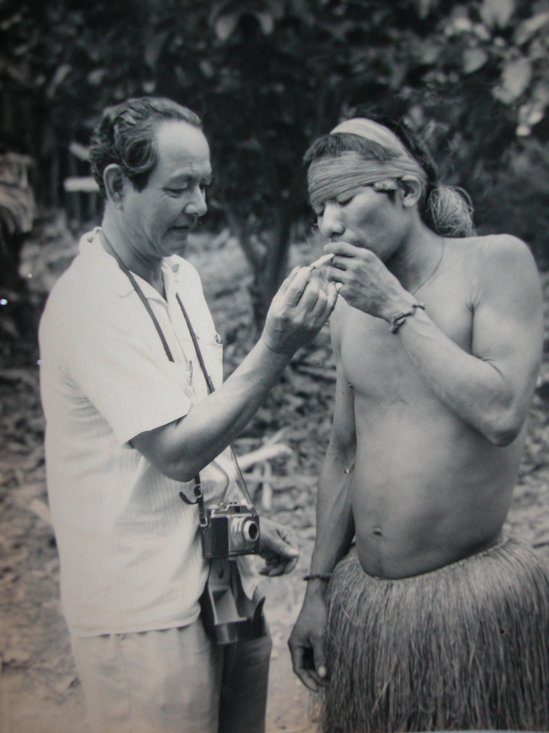 Antonio Wong Rengifo con un nativo amazónico