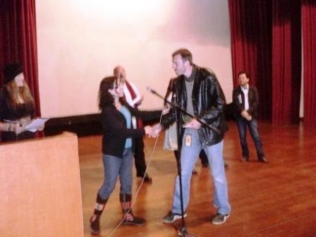 Lorena Bianchini entrega premio a Barney Elliot por el corto Último recurso