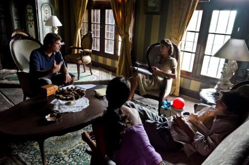 Daniel Rodríguez preparando una escena con Vanessa Saba, Mayella Lloclla y Manuel Gold.