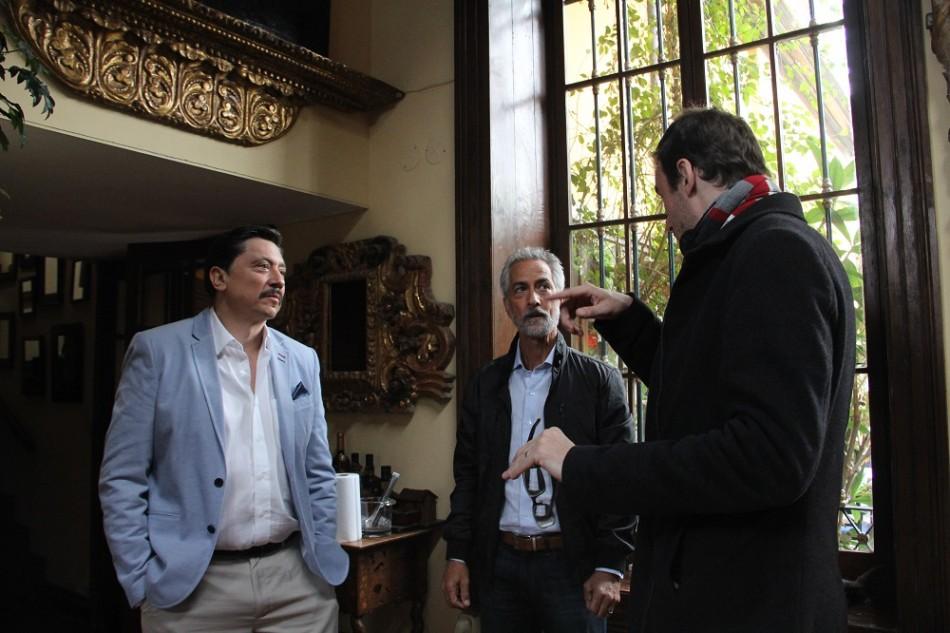 Carlos Bardem, Strathairn y Barney Elliott en el rodaje La Deuda