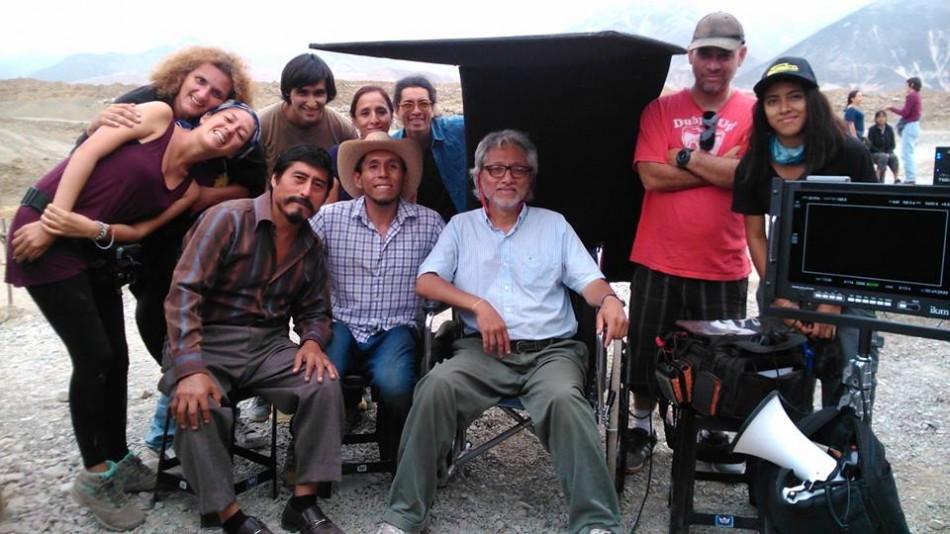 El director Ronnie Temoche, al centro, rodeado de su equipo de producción.