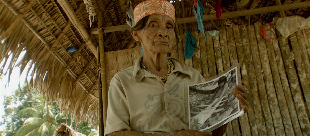 Amahuaca-Mujer-con-foto